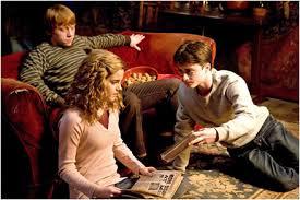 """Obrázok """"http://tbn0.google.com/images?q=tbn:4iU79RcCd7C4YM:http://www.bigmoviezone.com/filmsearch/movies/movie_photos/images/HarryPotter6_Promo02_439px.jpg"""" sa nedá zobraziť, pretože obsahuje chyby."""