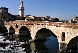 Verona: L'Adige scorre placido sotto Ponte delle Pietre