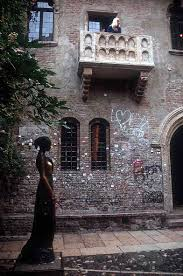 La statua di Giulietta nel cortiletto dove s'innamoro di Romeo. Sullo sfondo il 'mitico' balcone.