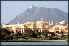 http://www.ianandwendy.com/slideshow/OtherTrips/India/Udaipur/boat-tour/picture10.htm