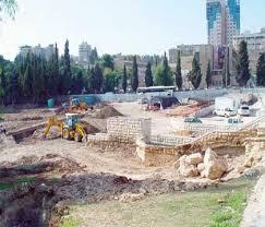 Bande di coloni estremisti dissacrano il cimitero di Ma'man Allah.