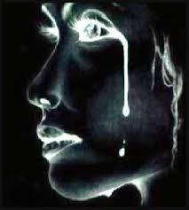 rostro oscurecido de mujer llorando