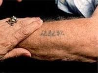 סימון יהודים בשואה  עם מספר על היד