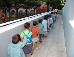 Niños a la entrada de la escuela