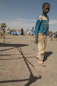 bambino africano senza scarpe
