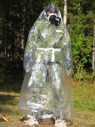 Soldado con un traje antiagentes químicos