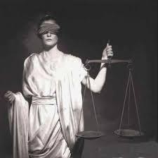 La justicia se representa por una mujer con los ojos vendados, con una balanza en una mano y una espada en la otra