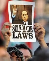 Un cartel protesta por las 'leyes a medida' que se hace Berlusconi